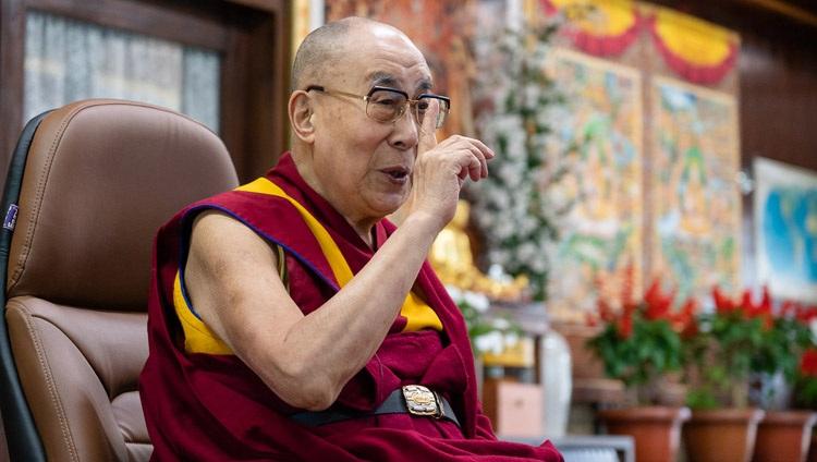 Su Santidad el Dalái Lama tomando la palabra durante su conversación con Eugenio Derbez sobre la Felicidad, el Humor y la Compasión por videoconferencia desde su residencia en Dharamsala, HP, India, el 22 de septiembre de 2020. Foto de Ven Tenzin Jamphel