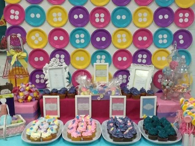 decoracin de platos desechables simulando botones para un tema de lalaloopsy