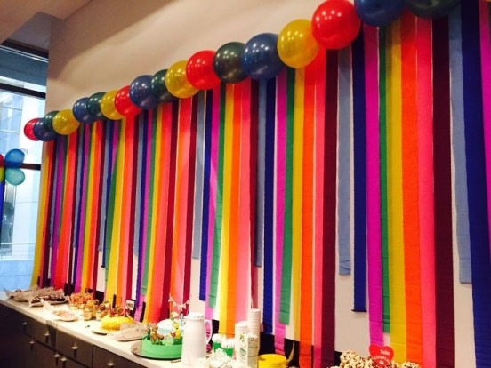 Decoraci n con cortinas de papel crep dale detalles for Ideas para cortinas infantiles