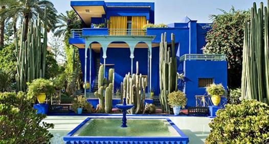 Yves Saint Laurent amò subito la città marocchina e scelse la villa Majorelle in un tono speciale di blu