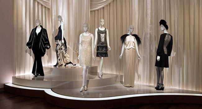 Una serie di abiti al museo di Parigi