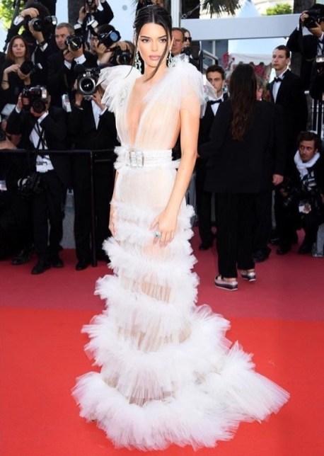 9. Kendall Jenner è in tulle bianco nude look di Schiapparelli