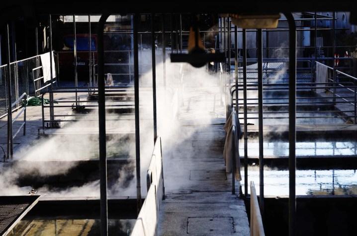 Vasche fumanti di acqua termale con argilla