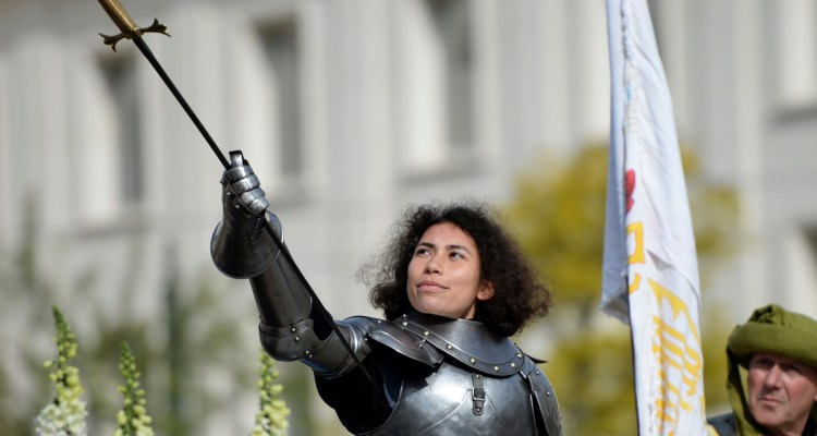 Mathilde Edey Gamassou, acting as Jeanne d'Arc, takes part in a tribute to Jeanne D'Arc (Joan of Arc) at the Johannique celebrations on May 1, 2018 in Orleans, central France. / AFP PHOTO / GUILLAUME SOUVANT