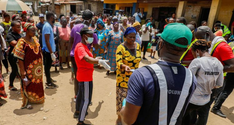 FILE PHOTO: People queue for food parcels at a relief distribution, during a lockdown by the authorities in efforts to limit the spread of the coronavirus disease (COVID-19), in Lagos, Nigeria April 9, 2020. Picture taken April 9, 2020. REUTERS/Temilade Adelaja/File Photo