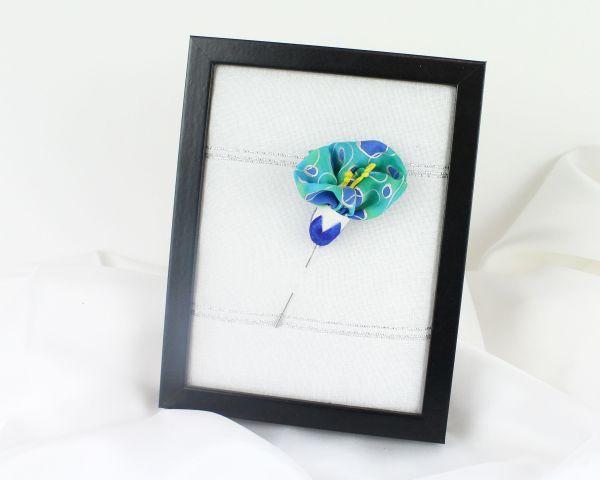 Broche floral de seda pintada a mano. Alfiler azul.