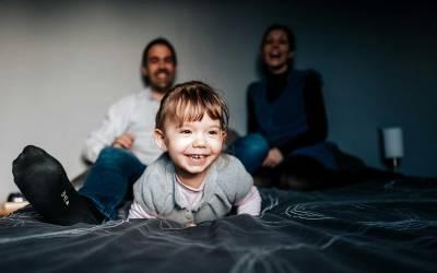 Séance photo en famille chez soi