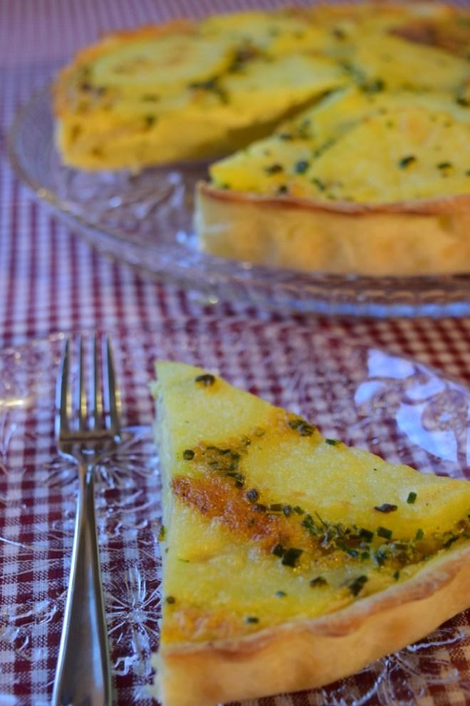 Rustikk pai med poteter og løk