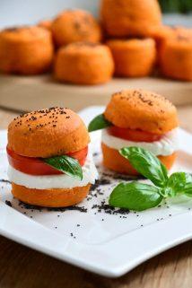 Rundstykker med tomatpuré