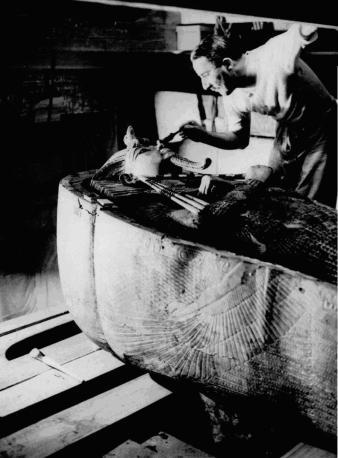 Carte studia la mummia di Tut