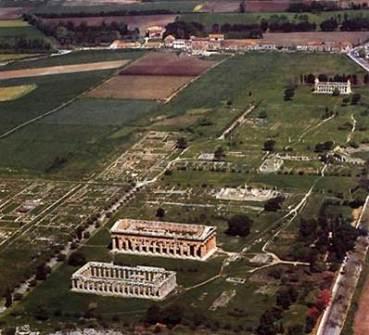 Paestum con, dal basso verso l'altro, Basilica o Tempio di Hera, Tempio di Hera II o Nettuno, Tempio di Cerere/Athena (in altro)