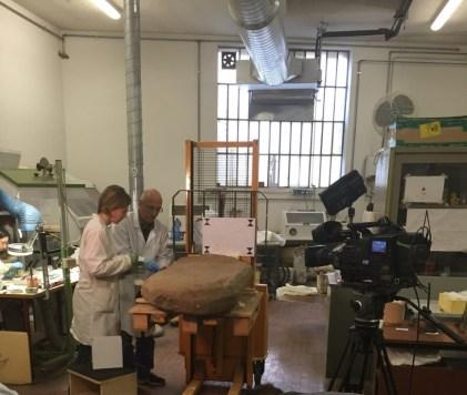 La stele in laboratorio; foto di Mugello Valley Project