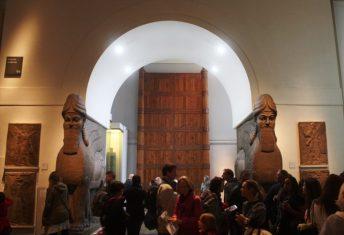 Ricostruzione della Porta di Balawat con i due leoni. Foto di Daniele Mancini