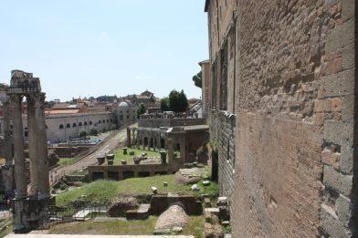 Davanti al muro del Tabularium (a destra) e dietro le colonne del Tempio della Concordia, il Tempio di Vespasiano e Tito - Foto Daniele Mancini