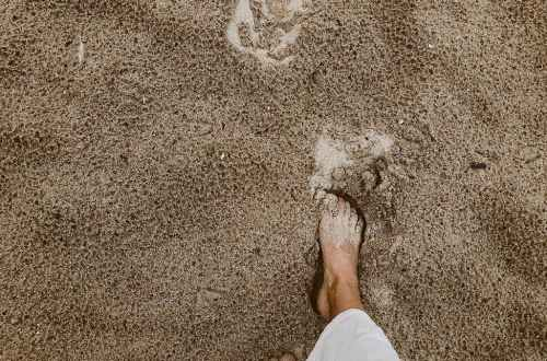 person walking on sand. small step, groei klein stapje