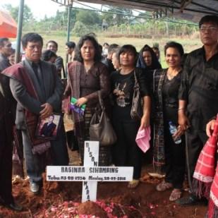 Papa, Mama, Bapatua, Uda, dan Namboru di depan Makam Bapatua