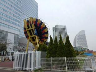 Berfoto di depan Yokohama Cosmo World