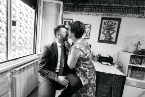 Un bacio, denso di affetto, tra madre e figlio sposo
