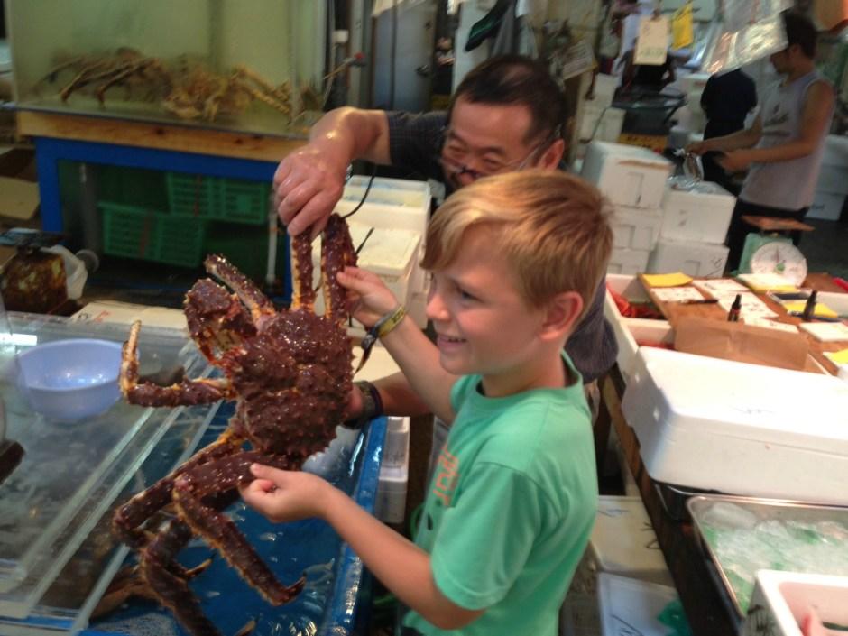 En stolt Mathias der holder mega krabbe