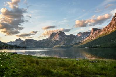 mountain-and-lake-at-sunset-135157.jpg