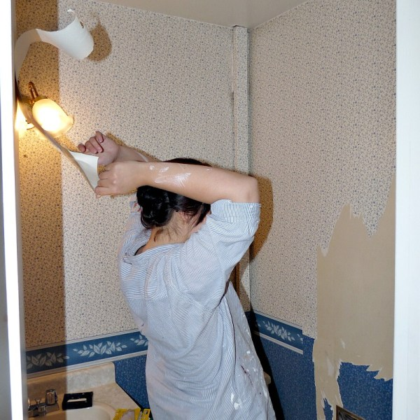 HOW TO EASILY REMOVE WALLPAPER - A TRICK