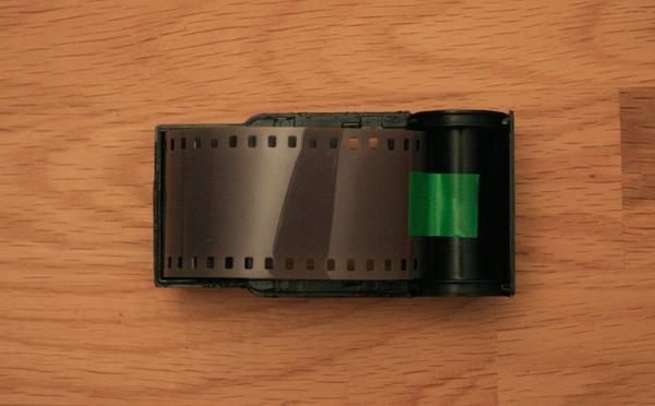 On place le film dans la cartouche.