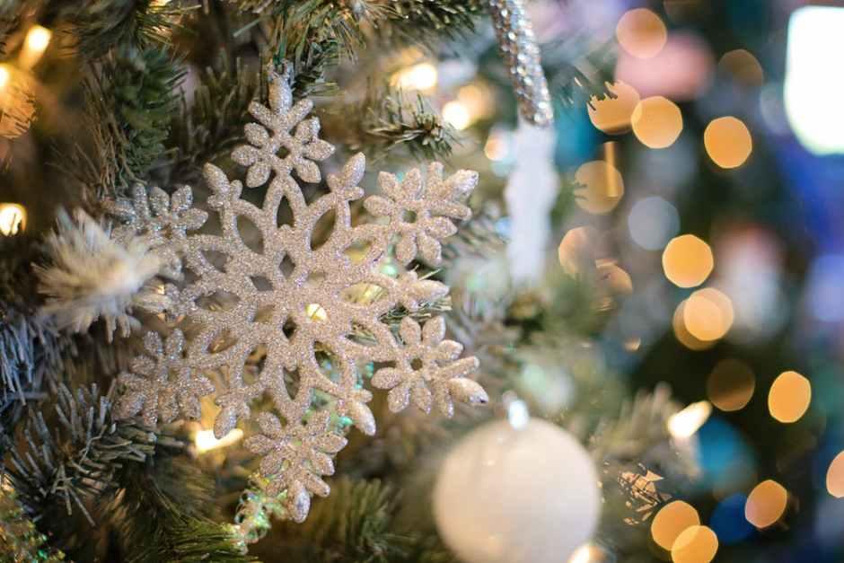 ozdoba świąteczna w kształcie śnieżynki zawieszona na choince