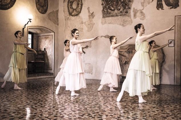 Danzatrici impegnate in uno dei tanti appuntamenti annuali