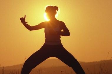 Sabine Barta in Schrittstellung Qigong Figur bei Sonnenaufgang