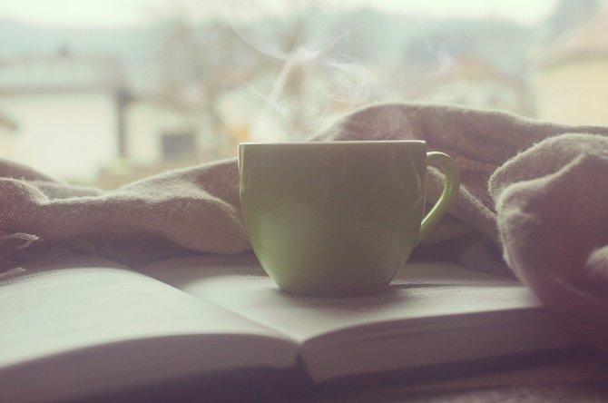 Selbsterfahrungswochenende Psychohygiene, Kaffeetasse auf Buch