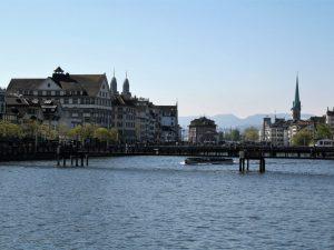 Bild mit Blick von der Bahnhofsbrücke bis zum Zürichsee