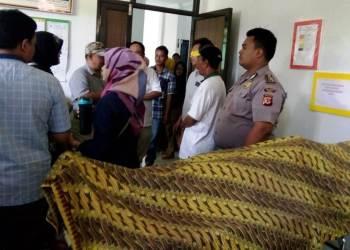 Jenazah pegawai perkebunan PTPN VIII dibawa ke Puskesmas Cibalong setelah tersengat lebah. Foto: dara.co.id/Benny