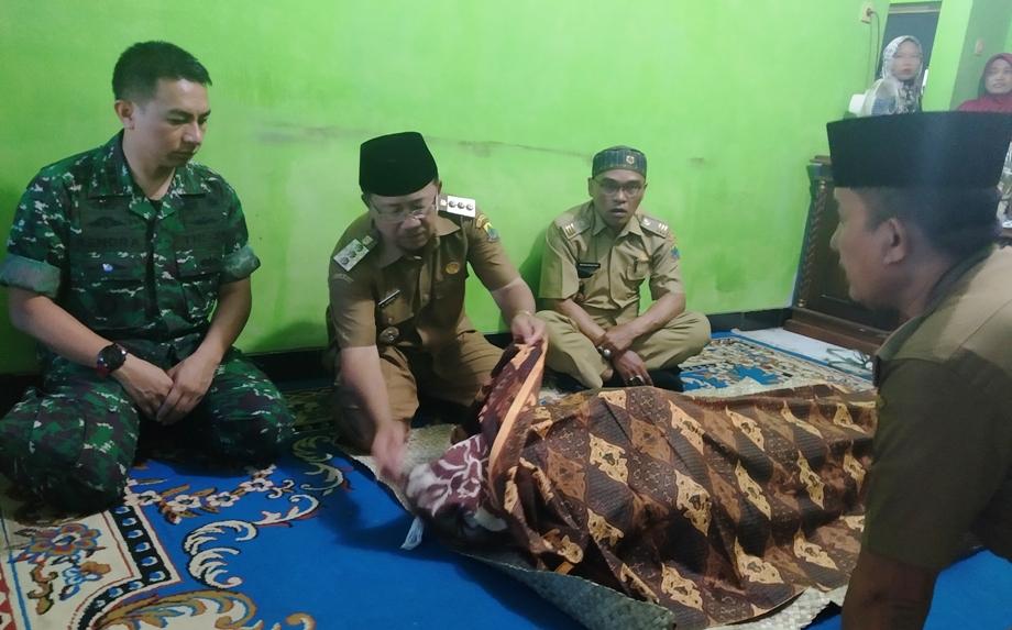 Plt Bupati Cianjur bersama Dandim 0608  saat melayat ke rumah duka, Almarhum Hamim Herdiansyah,  anggota KPPS. Foto dara.co.id/Purwanda