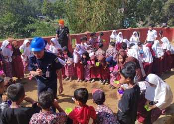 Pegawai PT KAI mengajar di SDN Padasuka 2 di Kecamatan Cikajang dalam program KAI Mengajar, Rabu (30/10/2019). Foto: dara.co.id/Beni