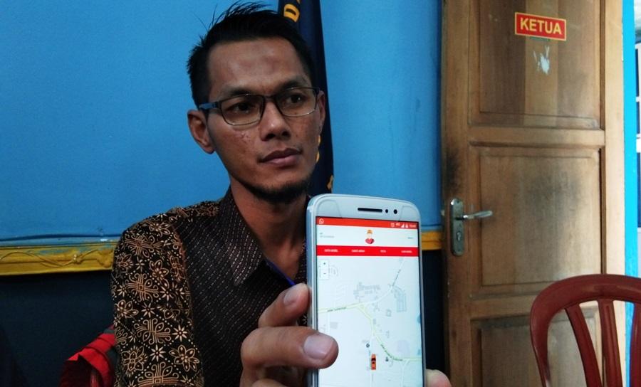 Eki Ananta, tim pembuat Aksi Garut, menunjukkan aplikasi yang dirancang untuk angkutan umum di Kabupaten Garut, Jumat (8/11/2019). Foto: dara.co.id/ Beni