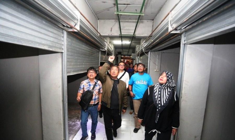 Wakil Walli Kota Bandung meninjau pembangunan basemen Pasar Kosambi. Foto: HUmas Bandung