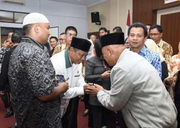Wakil Gubernur Jabar, Uu Ruzhanul Ulum bersalaman dengan para peternak ayam Kabupaten Ciamis. Foto: Istimewa
