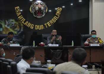 Gubernur Jawa Barat, Ridwan Kamil saat memimpin Rapat Gugus Tugas Percepatan Penanggulangan Covid-19 Jabar di Markas Kodam III/Siliwangi, Jalan Ambon, Kota Bandung, Senin (20/4/2020). (Foto: Humas Pemprov Jabar)