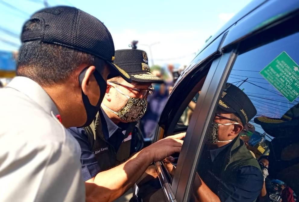 Gubernur Jabar, Ridwan Kamil memberikan pemahaman kepada warga pengendara mobil saat memantau titik check point di Kabupaten Sumedang, Jawa Barat, Rabu (22/4/2020). (Foto: Ardiansyah Putra/dara.co.id)