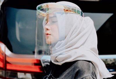 Gaya Olla Ramlan pakai face shield (Foto : Instagram @ollaramlanaufar)