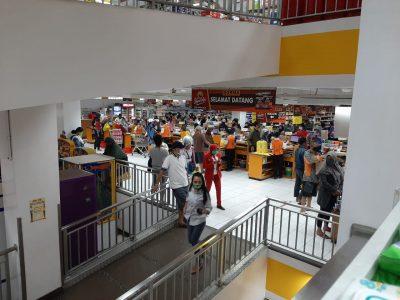 Suasana Mall di Jalan Cihanjuang, Kota Cimahi, Jawa Barat tampak ramai, Sabtu (25/4/2020). Padahal Pemkot Cimahi tengah menerapkan PSSBB, sebagai upaya menekan pandemi covid-19.(Foro : prasetyio/dara.co.id)