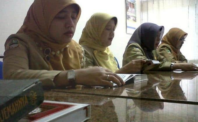 Aparatur Sipil Negara (ASN) Kabupaten Bandung, saat tadarusan sebelum masuk kerja (Ilustrasi  Foto: eramuslim)