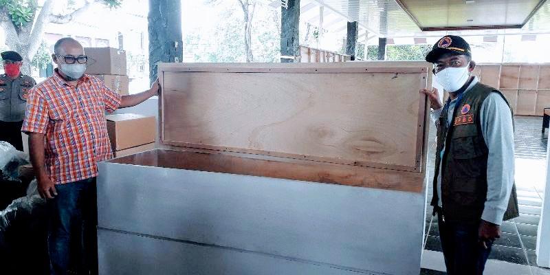 Bank Subang, memberikan bantuan 11 Peti Mati untuk korban Virus Corona (Covid-19). Bantuan diberikan Direktur Bank Subang kepada Tim Gugus Tugas Percepatan Penanganan Covid-19 Kabupaten Subang Jawa Barat, Jumat (17/04/2020).(Foto : deny suhendar/dara.co.id)
