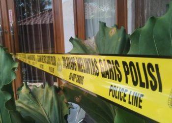 Garis polisi dipasang di rumah terduga pelaku penipuan di Kampung Tipar Kaler, Desa Limbangansari, Kecamatan/Kabupaten Cianjur, Jawa Barat, Sabtu (1/8/2020). (Foto: Angga Purwanda/dara.co.id)