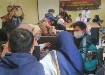 Sejumlah korban penipuan berkedok arisan saat mendatangi Mapolres Cianjur untuk melakukan laporan polisi. (Foto: Angga Purwanda/dara.co.id)