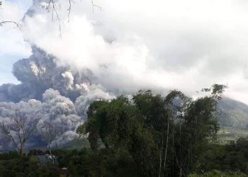 Gunung Sinabung erupsi dini hari tadi (Foto: Antara/Sastrawan Ginting/CNNIndonesia)