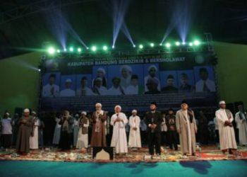 Bupati Bandung Dadang M Naser beserta sejumlah ulama menghadiri acara Berzikir dan Berselawat, dalam rangka merayakan Tahun Baru Islam 1 Muharram 1442 Hijriyah (H), di Dome Balerame Sabilulungan Soreang, Kamis (20/8/2020). (Foto : Humas Pemkab Bandung)