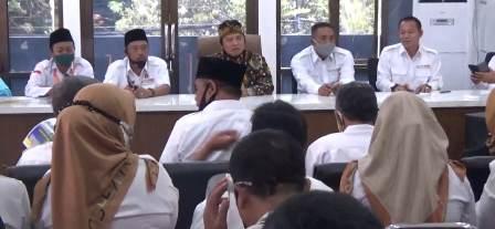 Kedua DPD Golkar Kabupaten Bandung, Dadang M Naser memimpin rapat Koordinasi Pemenangan pasangan NU PASTI di Posko Pemenangan, di Soreang, Kamis (24/9/2020). (Foto : istimewa)