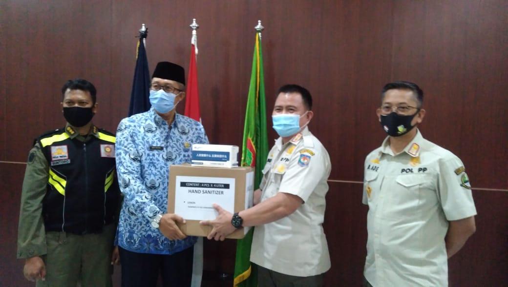 Direktur Satpol PP Kemendagri Berthard menyerahkan bantuan masker kepada Sekda Kota Cirebon Agus Mulyadi (Foto: Yohanes/dara.co.id)