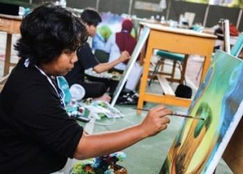 Pelukis kaligrafi dekorasi asal Kafilah Kabupaten Bandung keluar sebagai juara pada MTQ Jabar 2020 (Foto : Humas Pemkab Bandung)